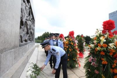 烈士纪念日,深圳湾边检站向革命先烈敬献花篮