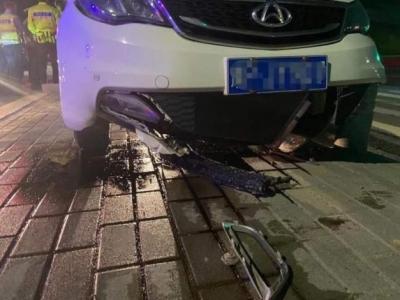 酒后驾车撞上石墩,司机称不知道菠萝啤是酒?