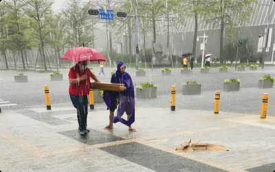 暖心!大雨中,中心书城U站出现了感人的一幕……