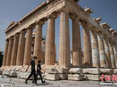 希腊多地实施口罩强制令 年轻人成主要被感染人群