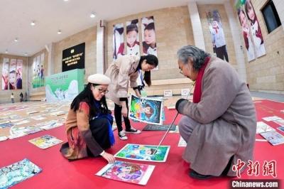 重庆评审千余幅中小学生书画作品   场面壮观
