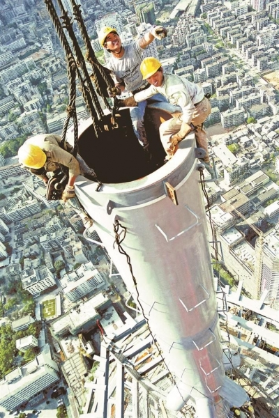 影像志   地王大厦封顶,记者爬上塔杆顶端拍摄