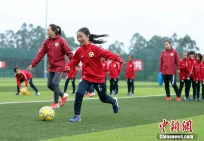 全国首支彝族女子足球队组建 深入大凉山选拔好苗子