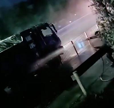 物流货车突然着火,洒水车客串消防车救险