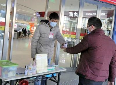 东莞麻涌严格防疫管控,超市对冷链食品溯源追踪