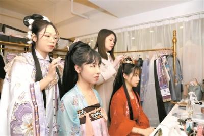 """现代都市里的古风造型师:""""汉服不仅是服装更是传统文化载体"""""""