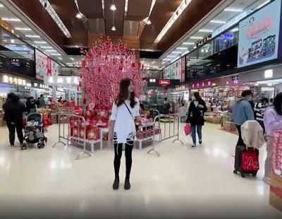 視頻   在深圳這個寶藏零食城 挑戰100元買滿一筐年貨!
