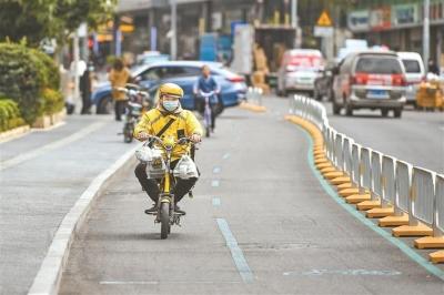 """路中""""小藍道"""",把路權還給騎行者 全市已有17.3公里路段完成非機動車道改造"""