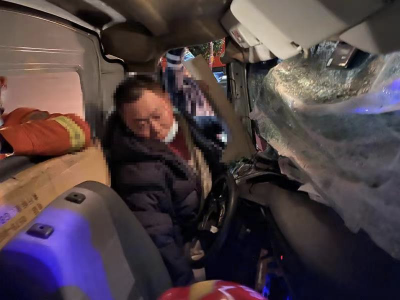 深圳面包车追尾大货车有人被困  消防15分钟救援送医
