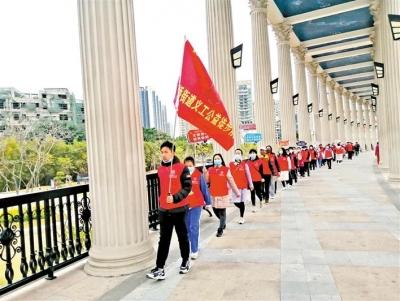 新桥团工委组织公益徒步队宣传垃圾分类