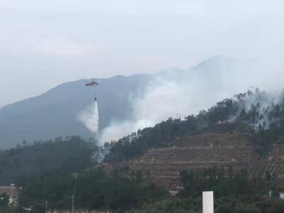 潮惠高速公路边坡起火 路政等救援人员合力奋战4小时灭火