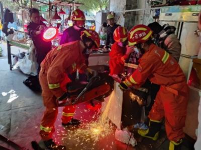 龙岗一男子手指被卷绞肉机 消防员巧用方法助脱困