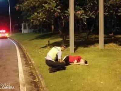 险!一男子醉卧快速路旁,罗湖交警及时救助
